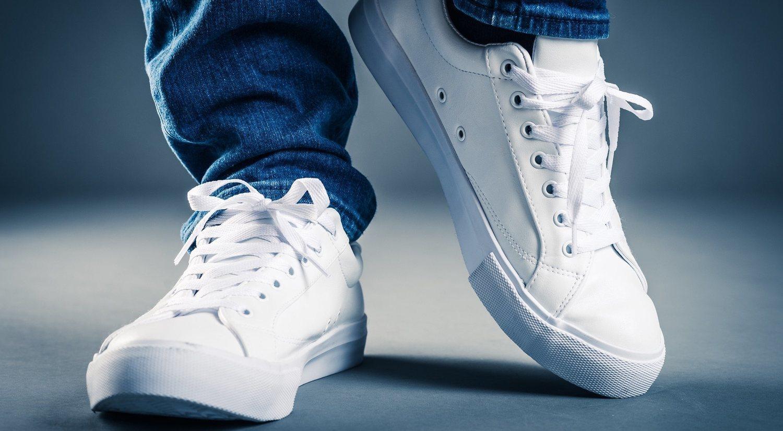 Zapatillas blancas, el complemento que todo hombre necesita