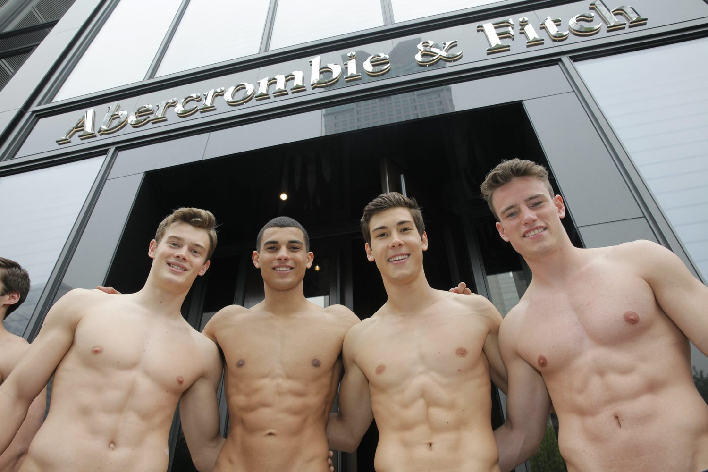 Modelos sin camiseta de Abercrombie & Fitch posan a las puertas de la tienda en Shanghai, China