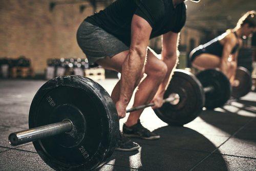 Un pantalón corto no muy ajustado es la prenda básica para hacer ejercicios que requieran fuerza y flexibilidad.