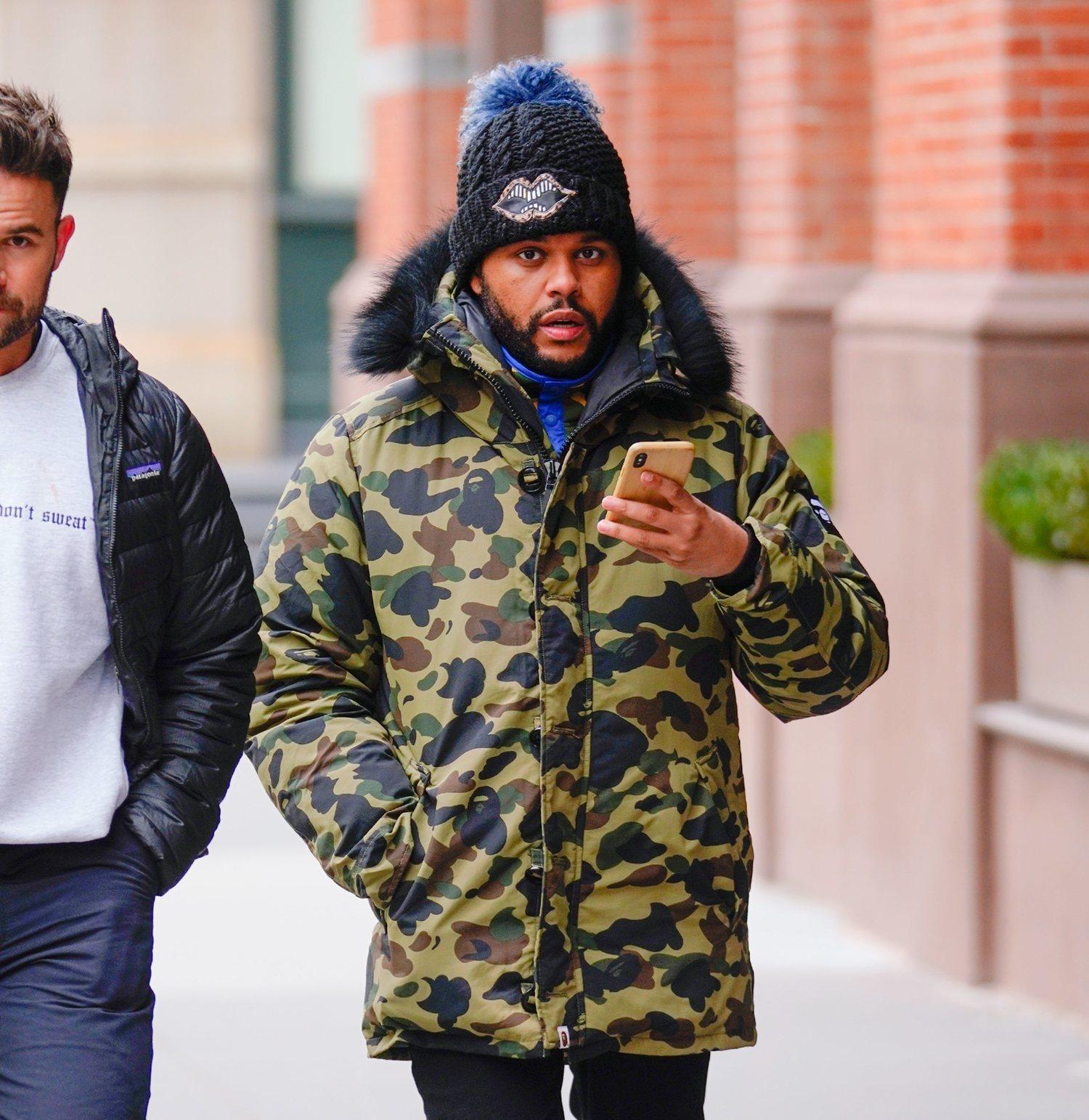 The Weeknd es uno de los famosos que han caído rendidos ante la parka de camuflaje.