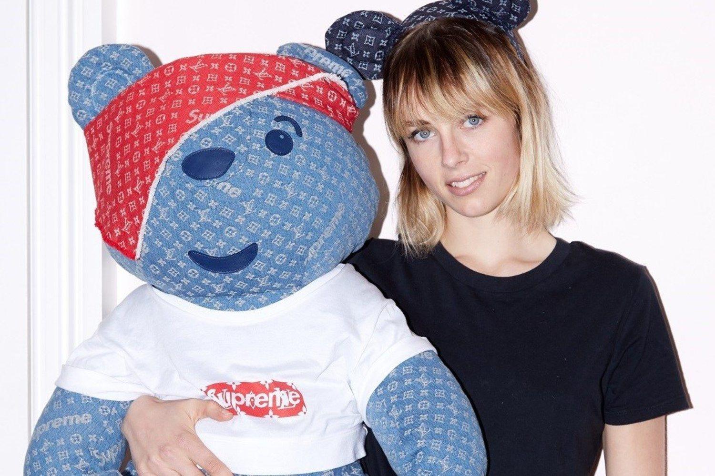 El oso más caro de la historia posando junto a una modelo