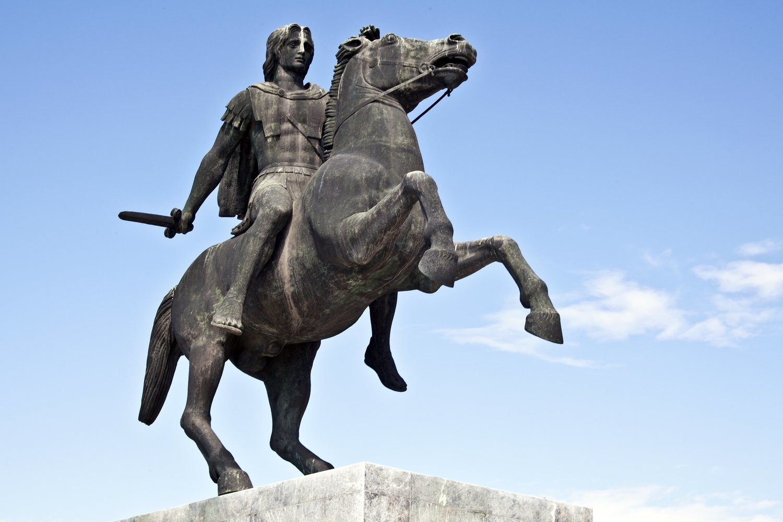 Alejandro Magno convenció a sus soldados de afeitarse las barbas para que así el enemigo no pudiera agarrarlas durante el combate cuerpo a cuerpo.