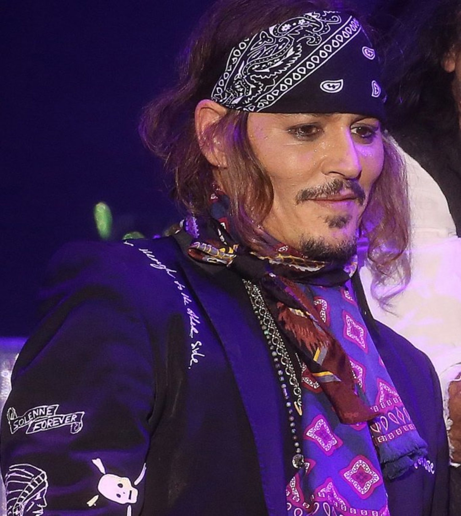 Johny Depp, durante una actuación musical, con su icónica perilla roya