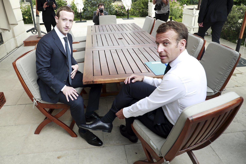 Mark Zuckerberg, en traje y corbata con el presidente francés, Emmanuel Macron.