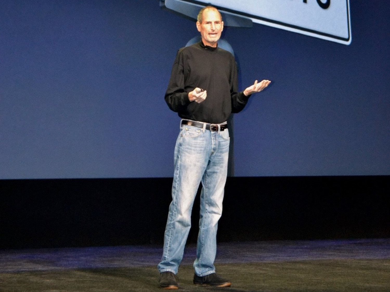 El tradicional 'uniforme' de trabajo de Steve Jobs: jeans y turtleneck negro.