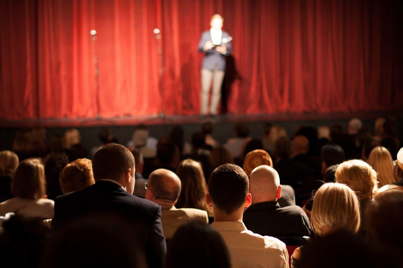 Las noches de teatro suelen ser elegantes, pero no tienen por qué serlo