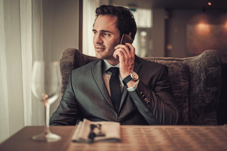 Para no fallar en una cena elegante, lo mejor es apostar por traje clásico