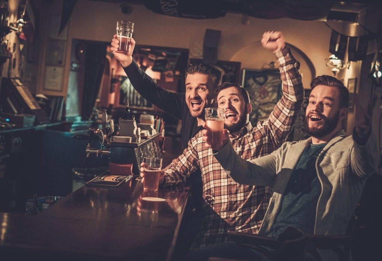 Si la noche de bares va a ser 'movida', utiliza ropa que se pueda manchar, porque que se manchará