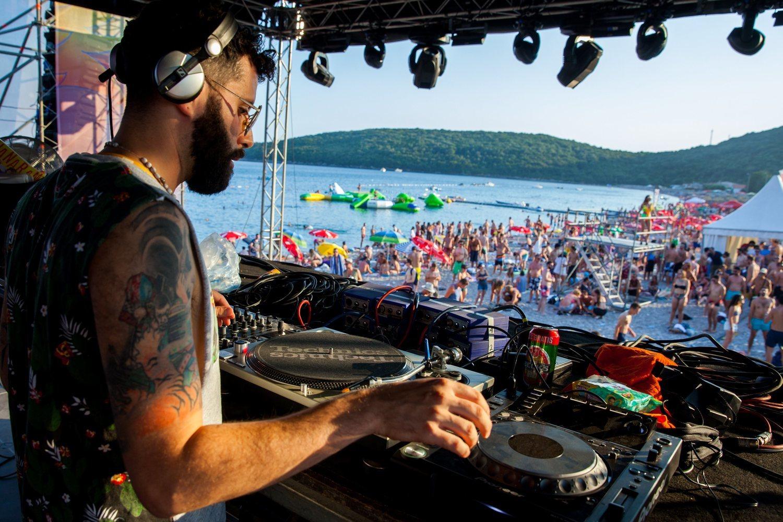 Los festivales de playa suelen tener un escenario cerca de la orilla