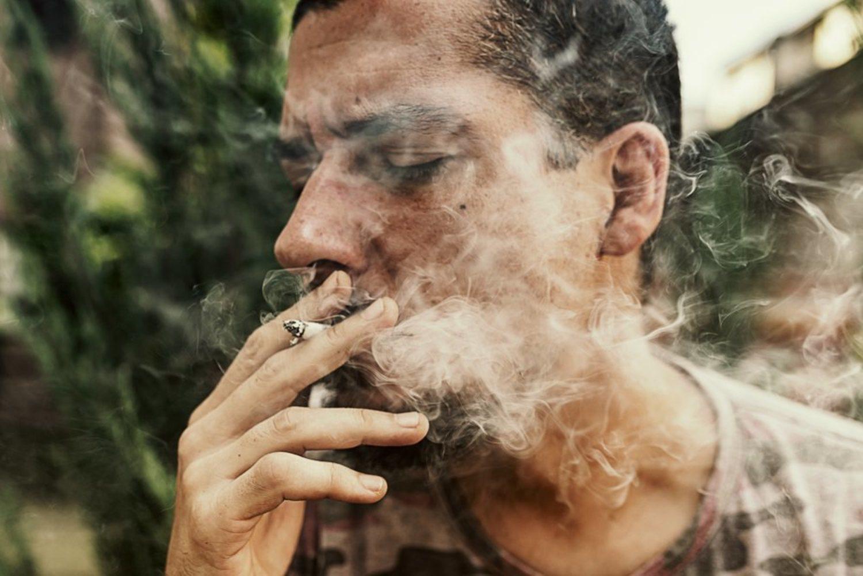 El tabaco es perjudicial para tu pelo, así como el humo que se genera.