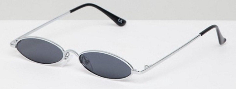 Gafas de sol pequeñas con diseño metálico ovalado.