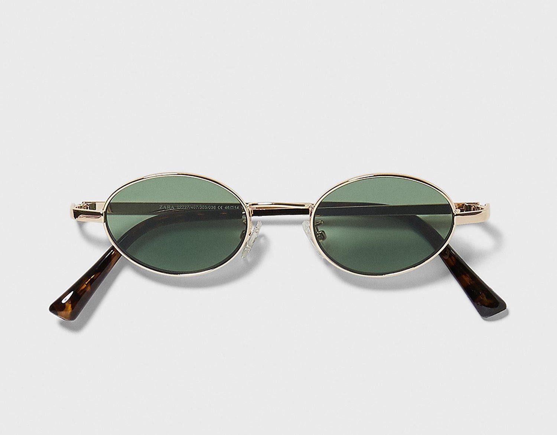 Gafas de sol pequeñas y ovaladas con montura metálica.
