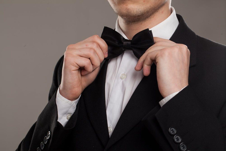 No hay nada más elegante para un esmoquin que una pajarita negra.