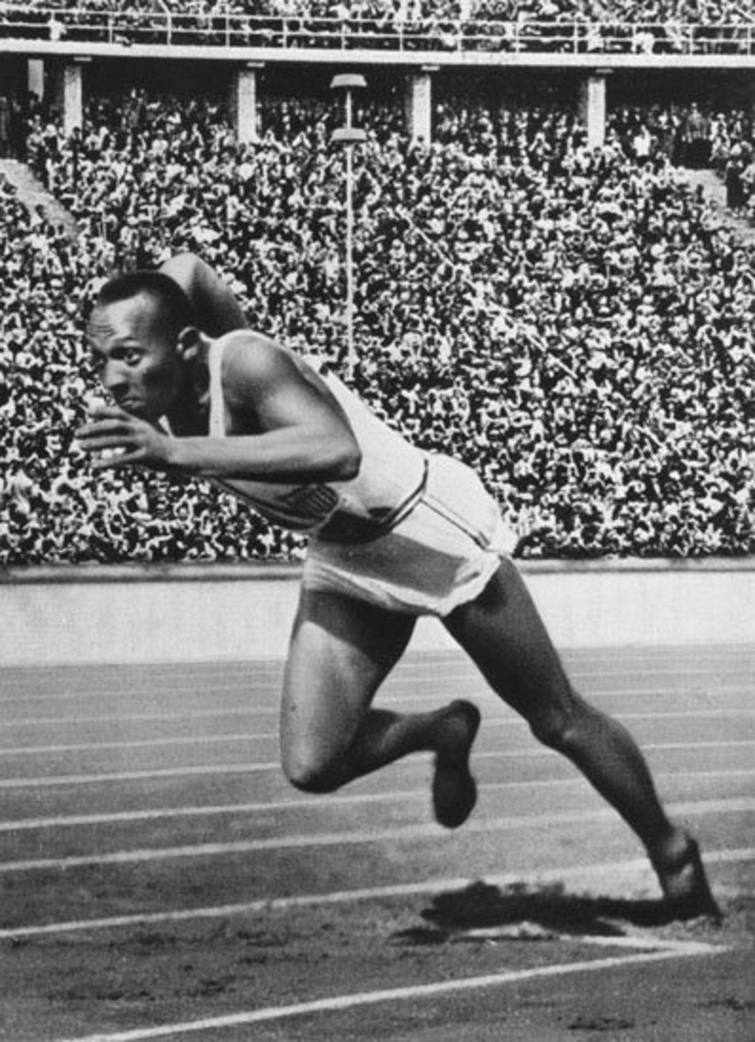 Jesse Owens ganó 4 medallas de oro en las Olimpiadas de Berlín 1936. El atleta norteamericano utilizó el calzado diseñado por los Dassler.