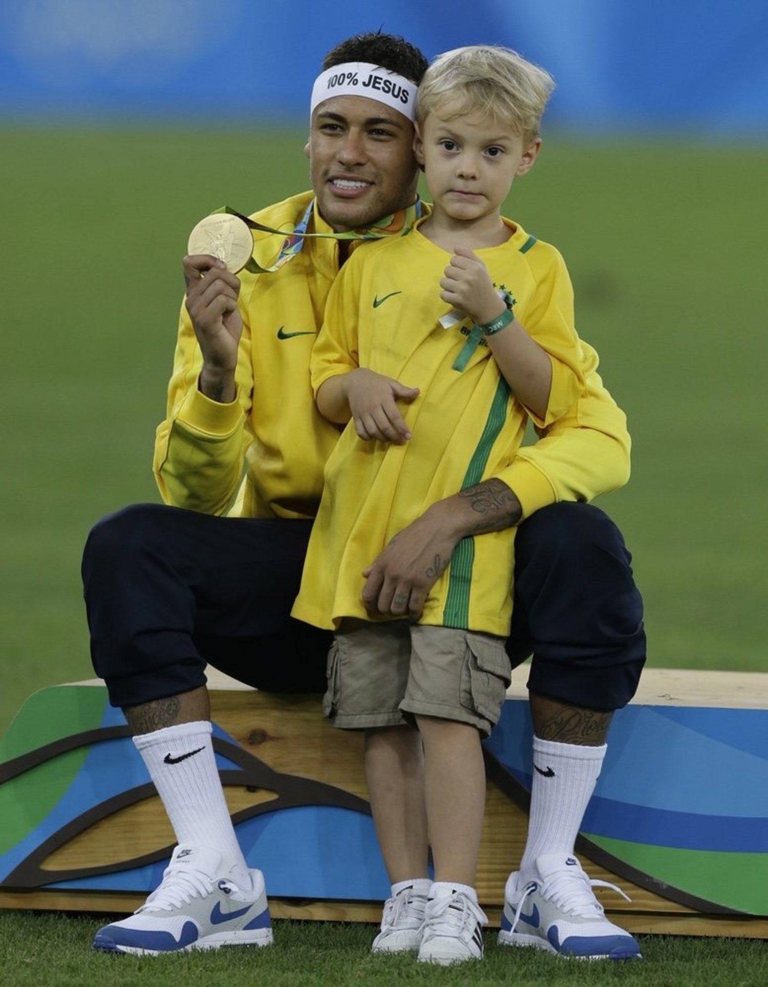 Neymar, tras vencer los JJOO con su hijo y la cinta 100% Jesus
