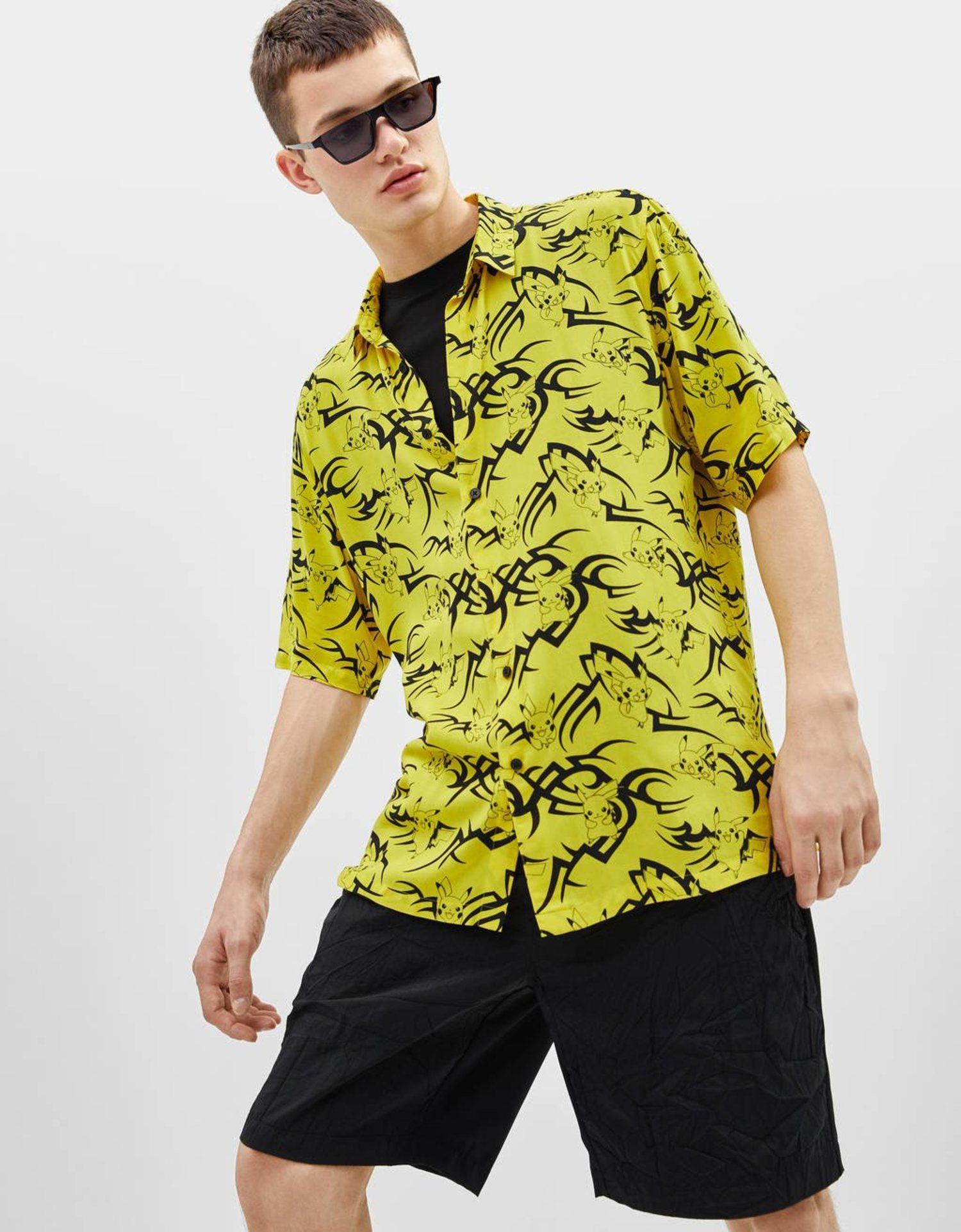 Camisa amarilla con estampado en color negro