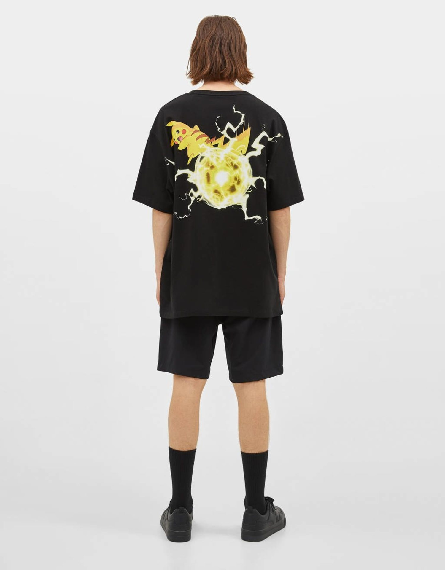 Pikachu efectuando el movimiento 'Onda voltio' protagoniza la camiseta