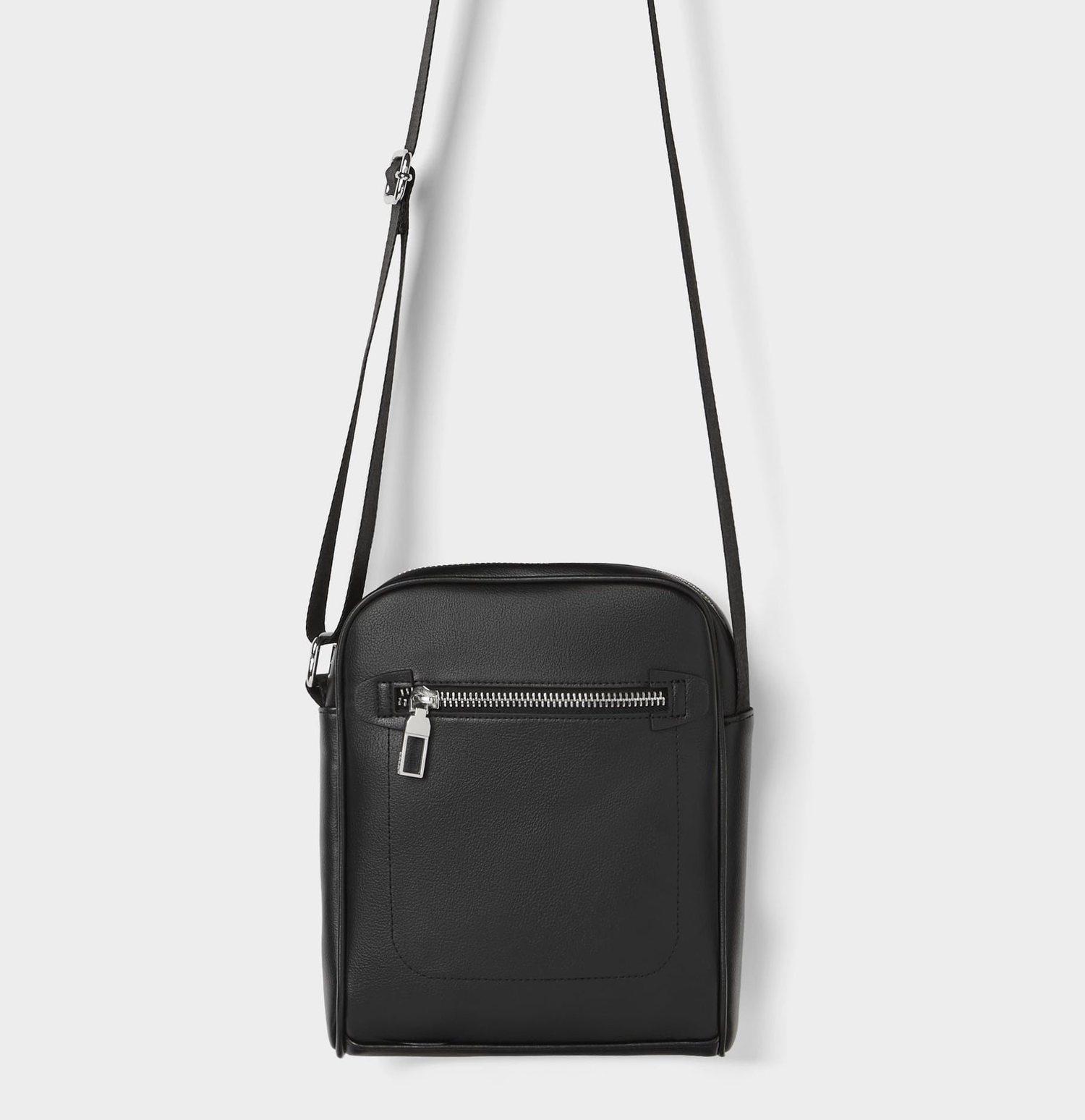 Bandolera negra cuadrada de Zara.