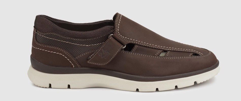Sandalia de piel marrón, que casi cubre el pie en su totalidad