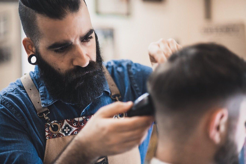 Los clientes suelen pedir un corte de pelo y un arreglo de la barba cuando acuden a la cita.