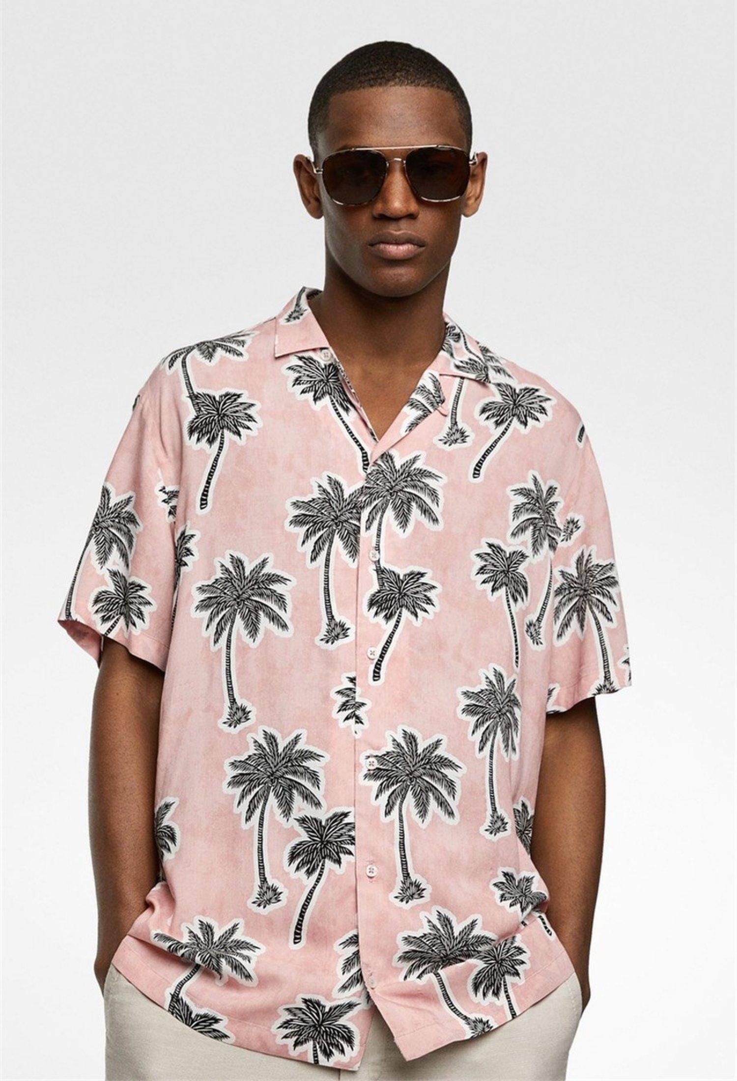 Camisa rosa con estampado de palmeras