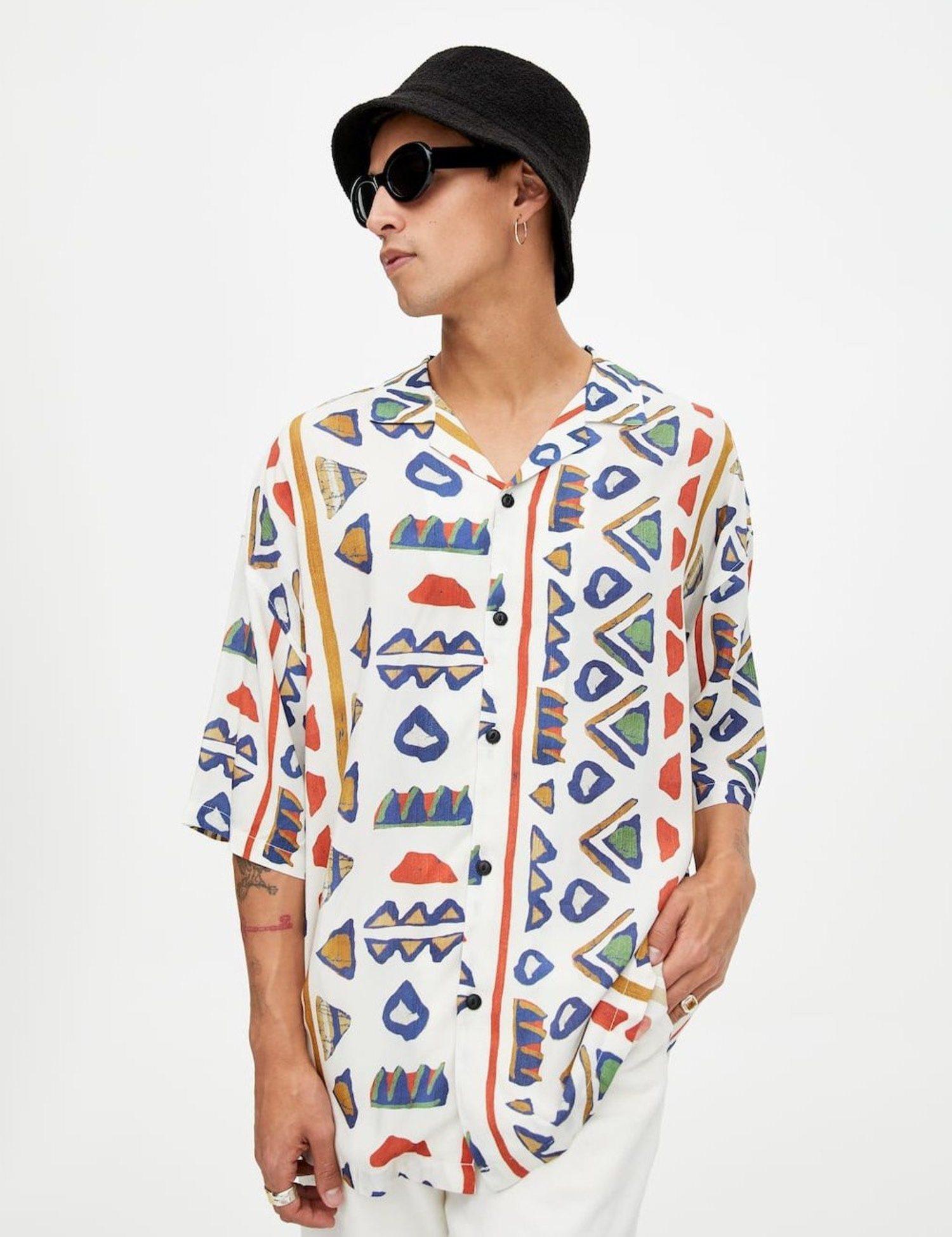 Camisa con estampado étnico sobre fondo blanco