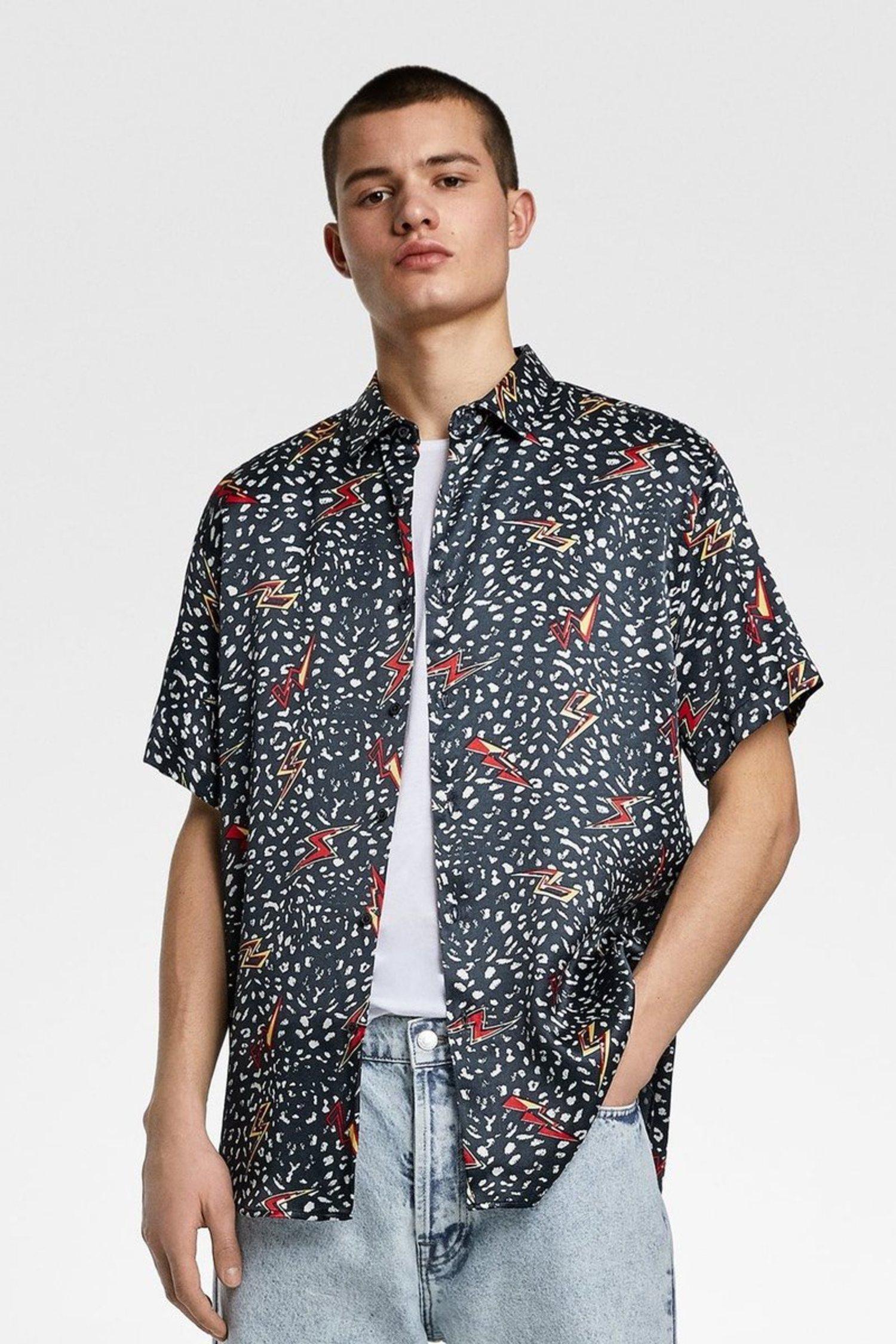 Camisa con estampado de rayos y fondo negro