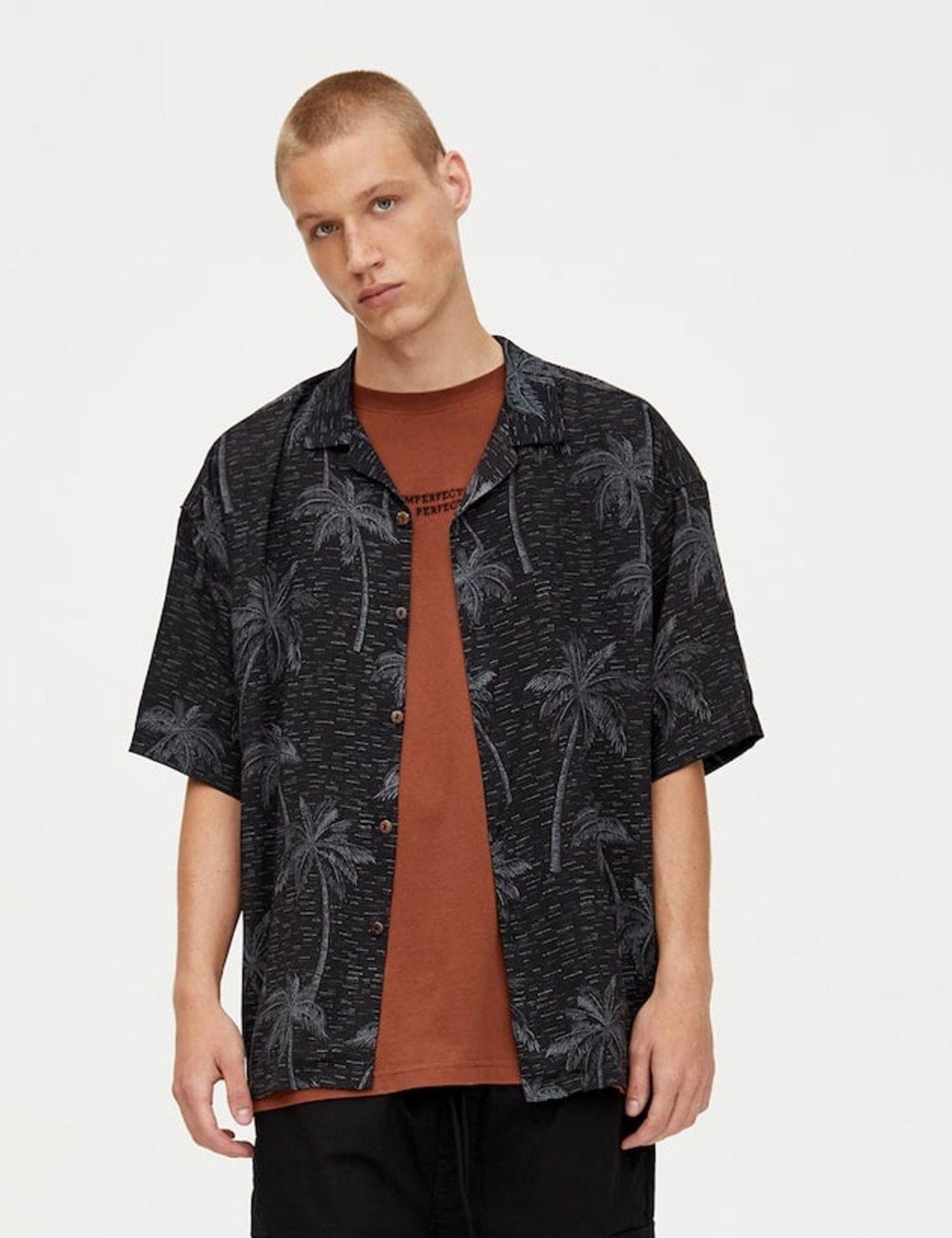 Camiseta palmeras sobre fondo negro