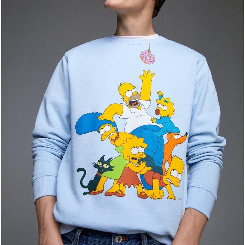 Sudadera de temática Simpsons y fondo azul claro