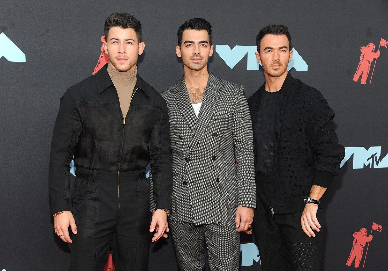 El look de los Jonas Brothers, todos ellos de Fendi, fue muy aplaudido.