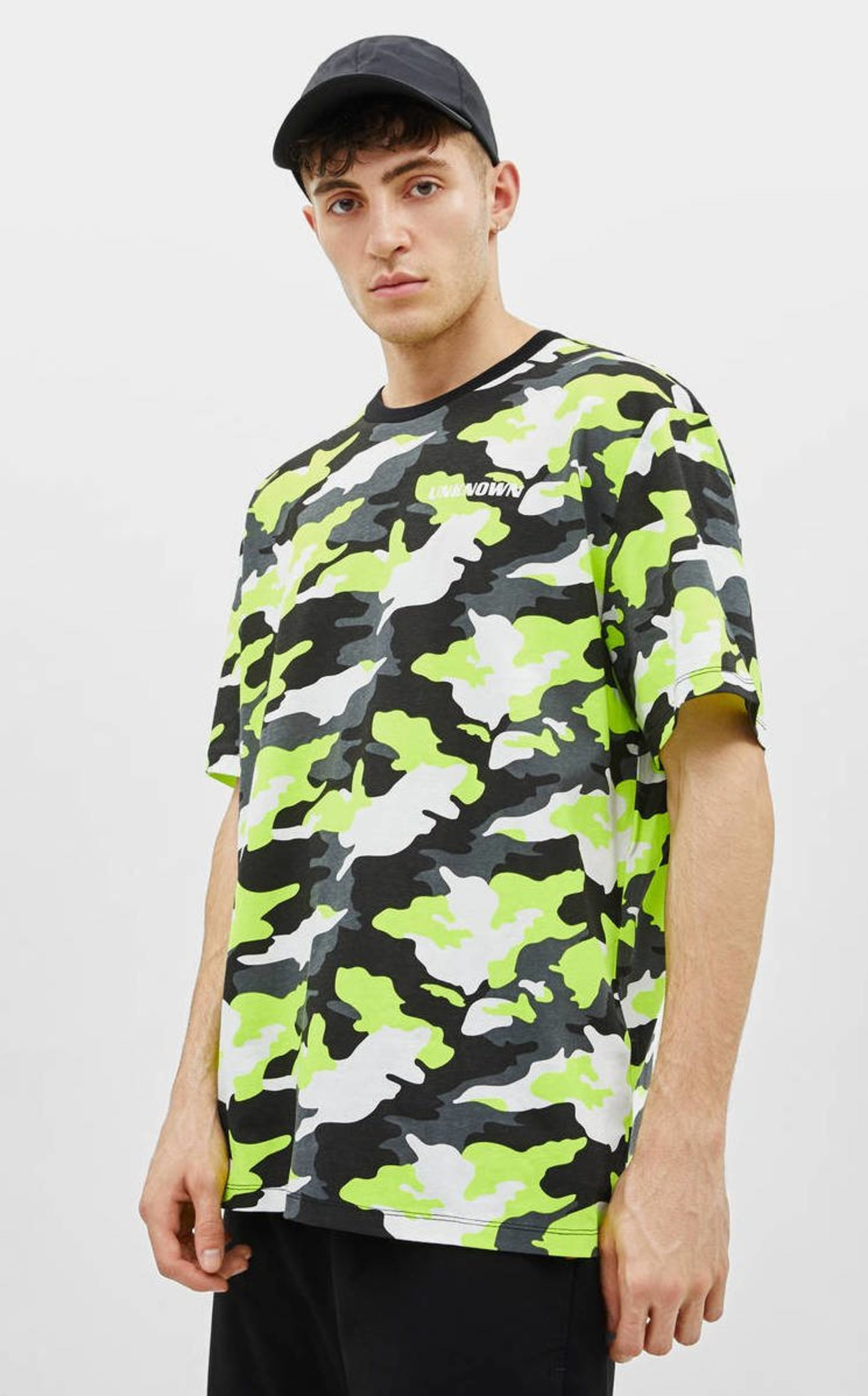 Camiseta con estampado fosforito de camuflaje de Bershka.