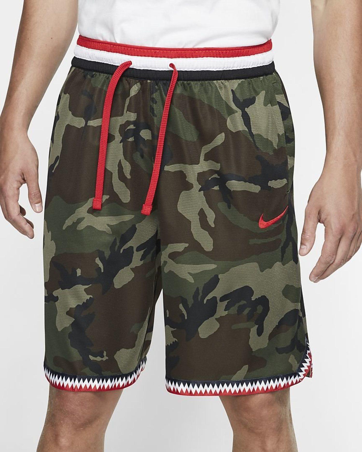 Pantalón corto de baloncesto con el estampado 'camo' y detalles rojos de Nike.