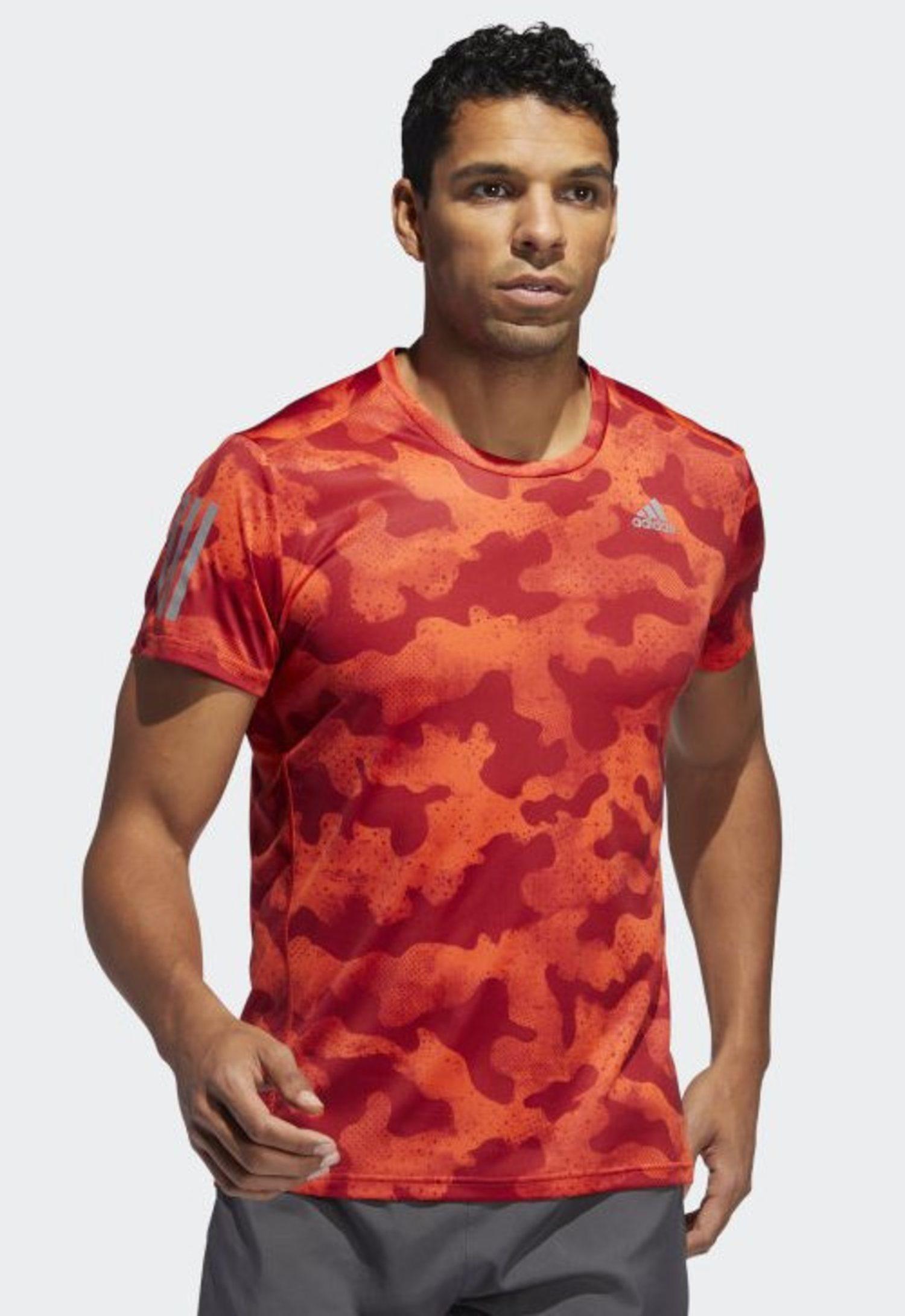 Camiseta urban en camuflaje rojo de Adidas.