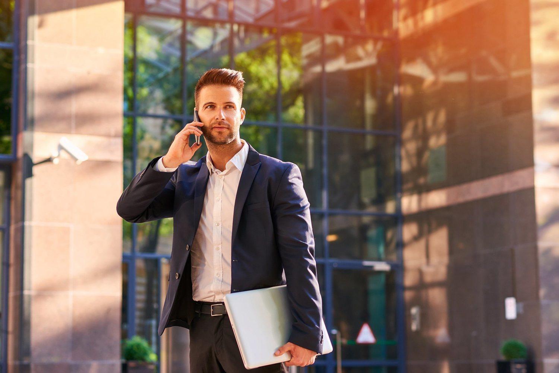 Para muchas oficinas ancladas en un estilo sobrio de hace décadas, incluso ir así vestido, sin corbata, serviría para dar un toque de atención.