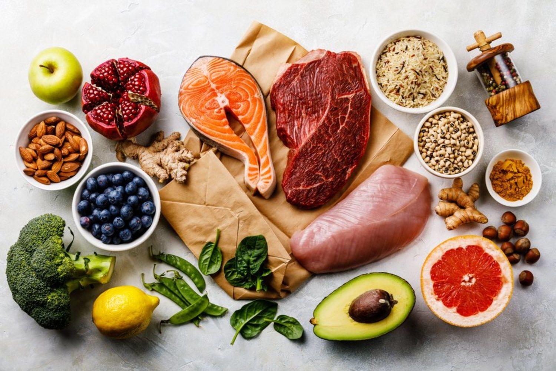 Una dieta equilibrada ayudará a evitar la caída del cabello.