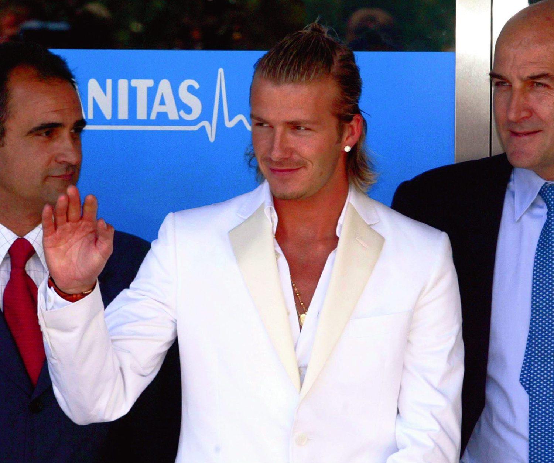 Beckhampuso de moda los pendientes de diamantes entre los hombres españoles.