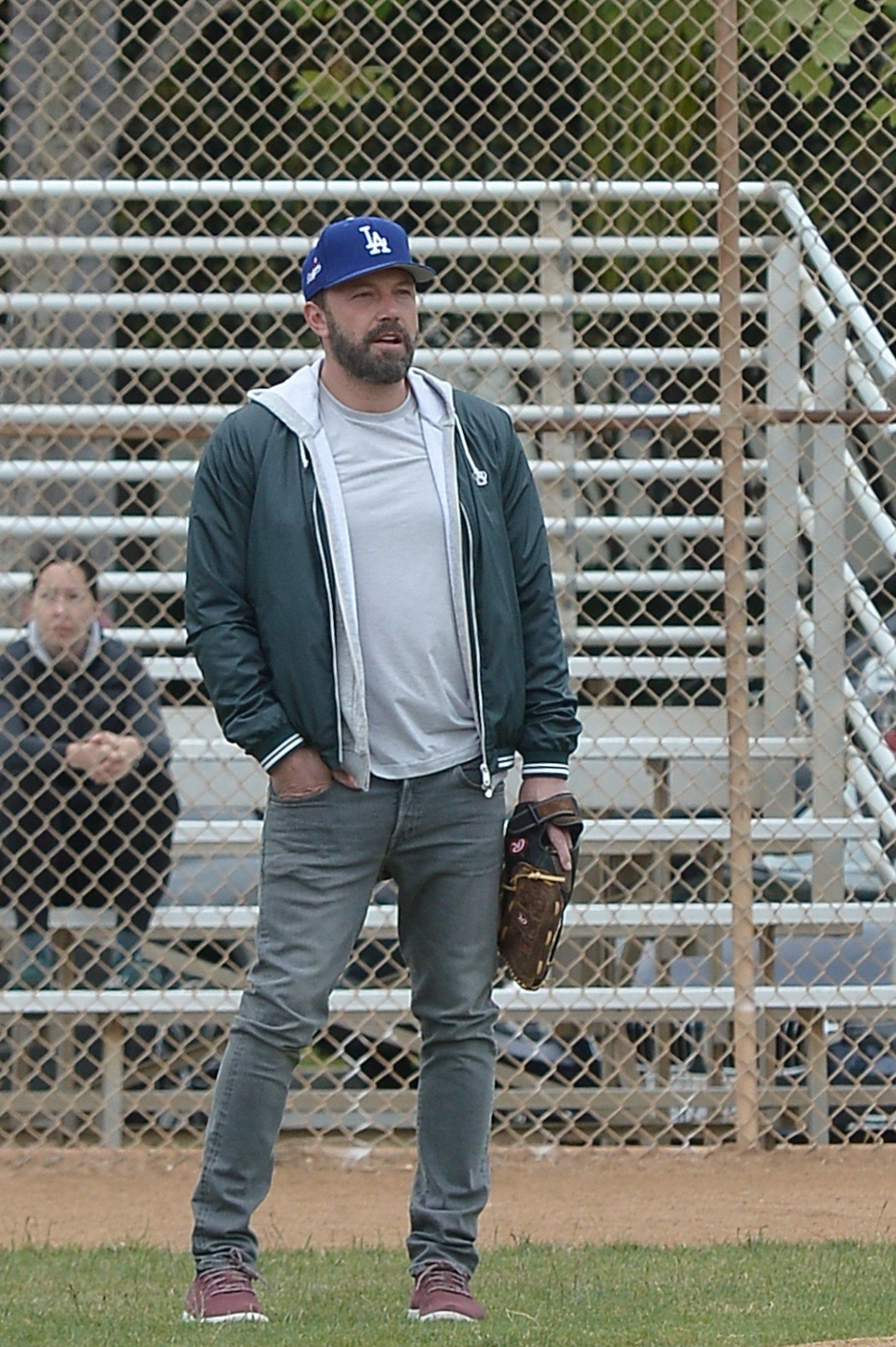 Ben Affleck con la gorra del equipo de beisbol de Los Ángeles Dodgers.
