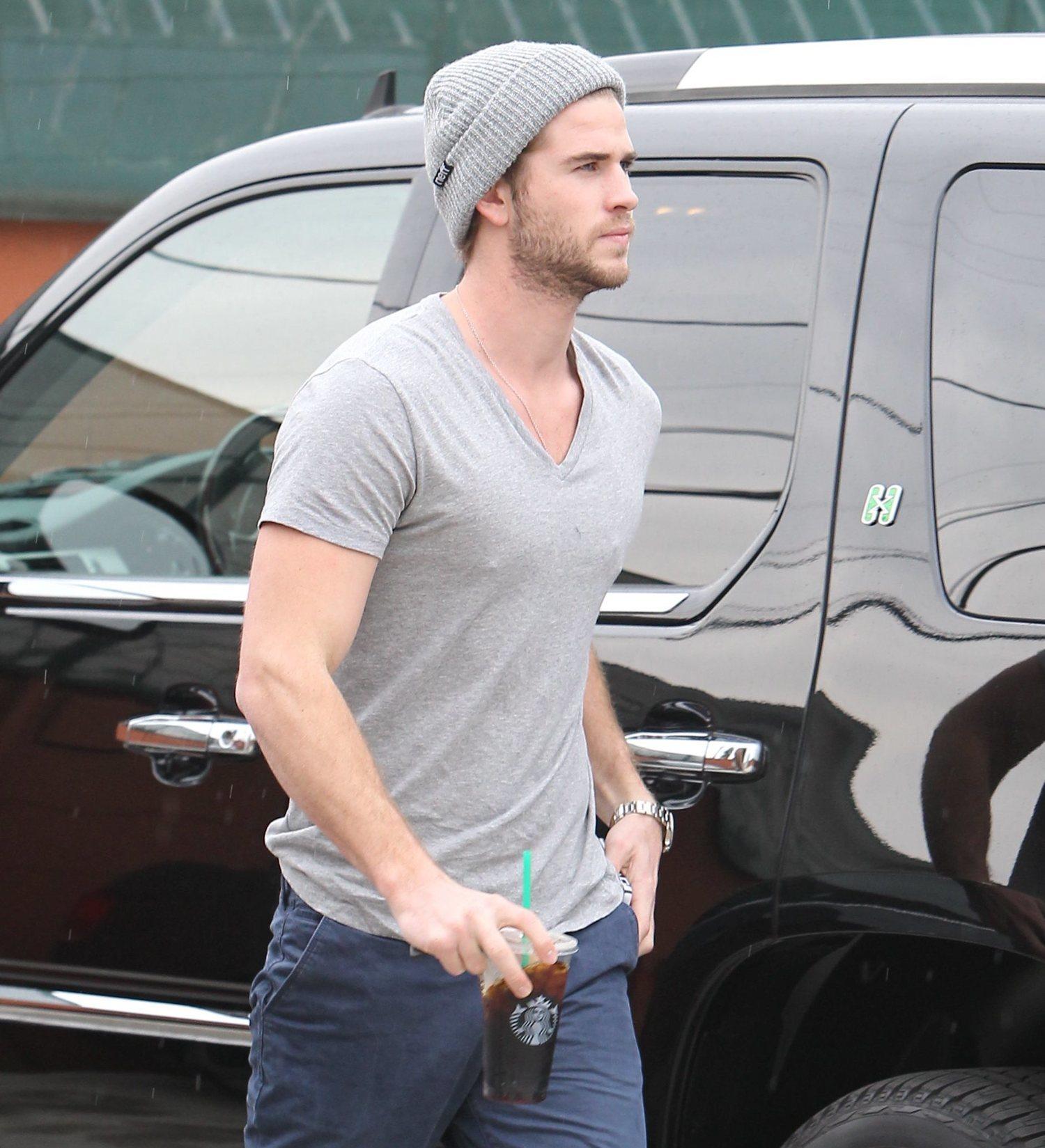 Liam Hemsworth con gorro de lana clásico.