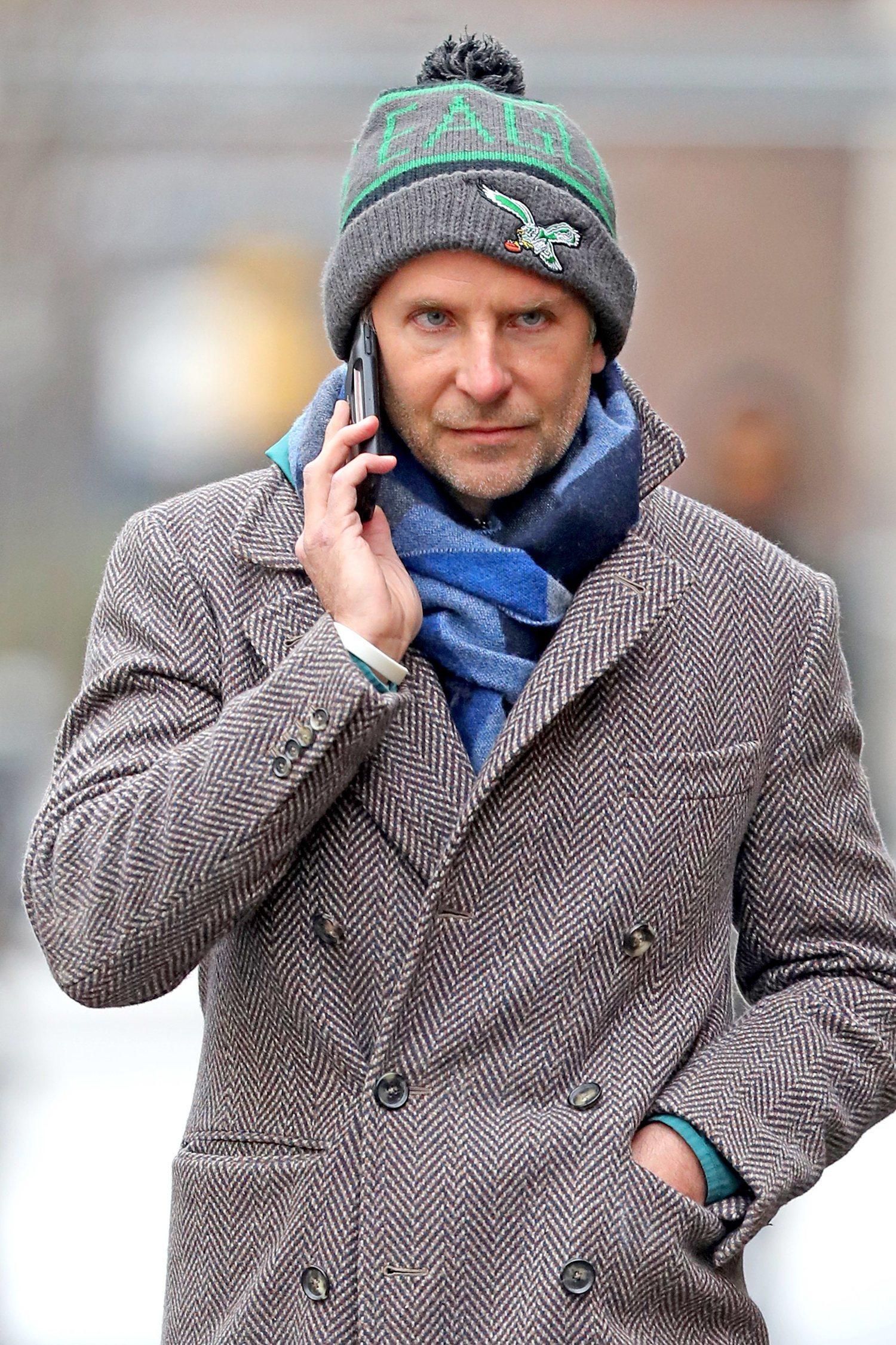 Bradley Cooper con beanie de los Eagles.
