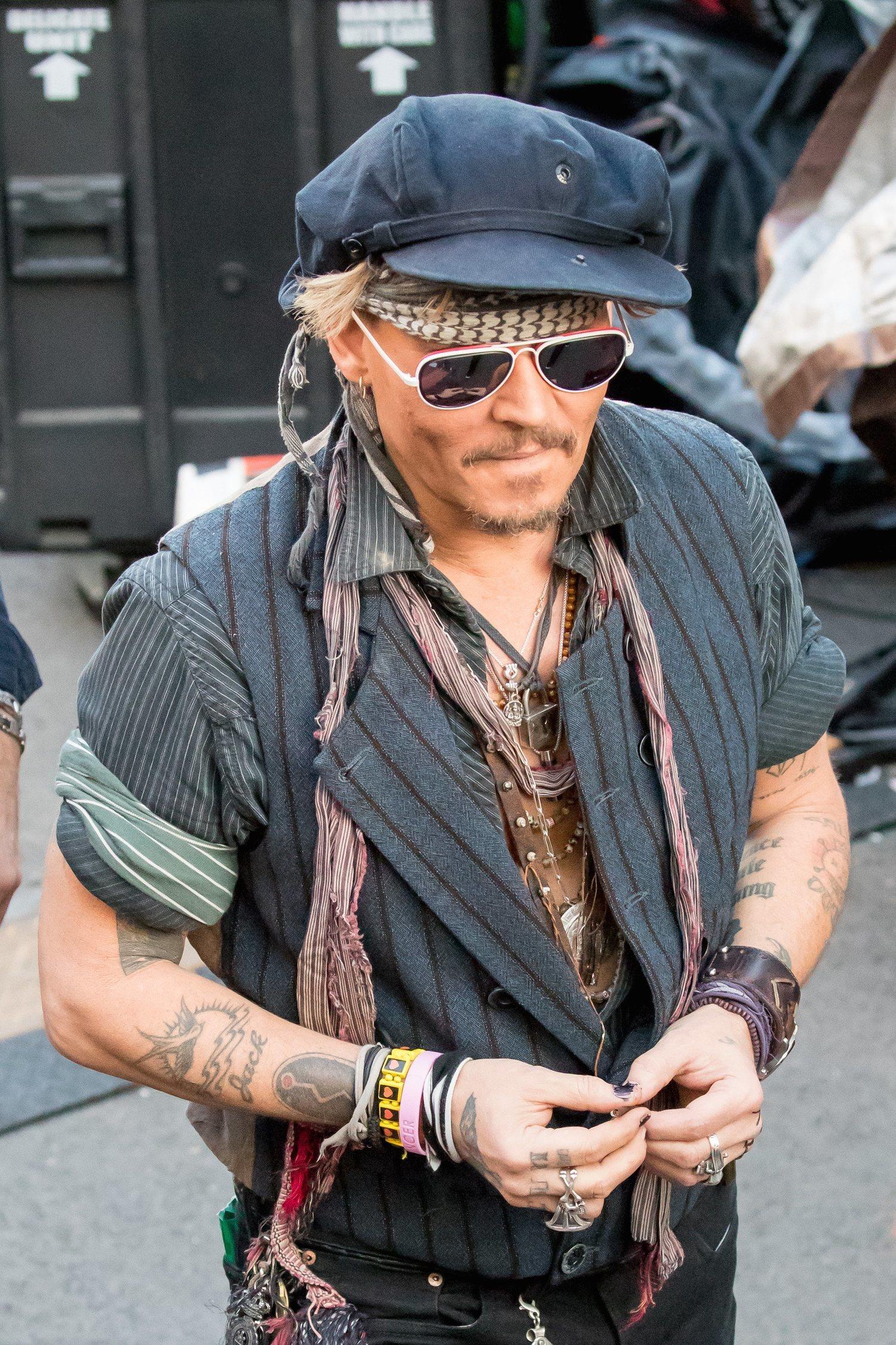 Johnny Depp con una gorra similar a las de la serie Peaky Blinders.