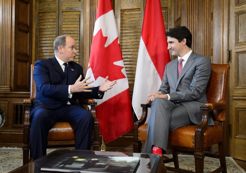 En su última reunión, esta vez con el príncipe Alberto de Mónaco, Trudeau ha vuelto a sacar del armario unos calcetines coloridos.