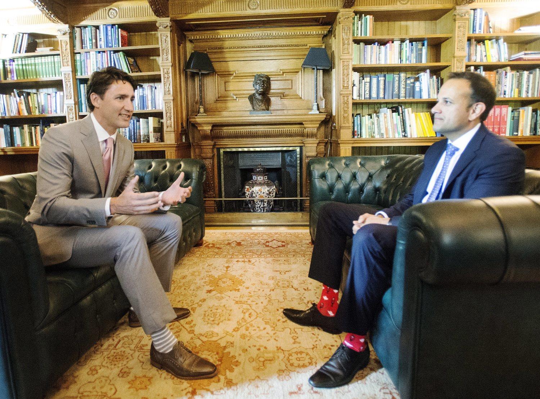 Conocido por sus calcetines, cada vez más políticos le imitan en sus encuentros.