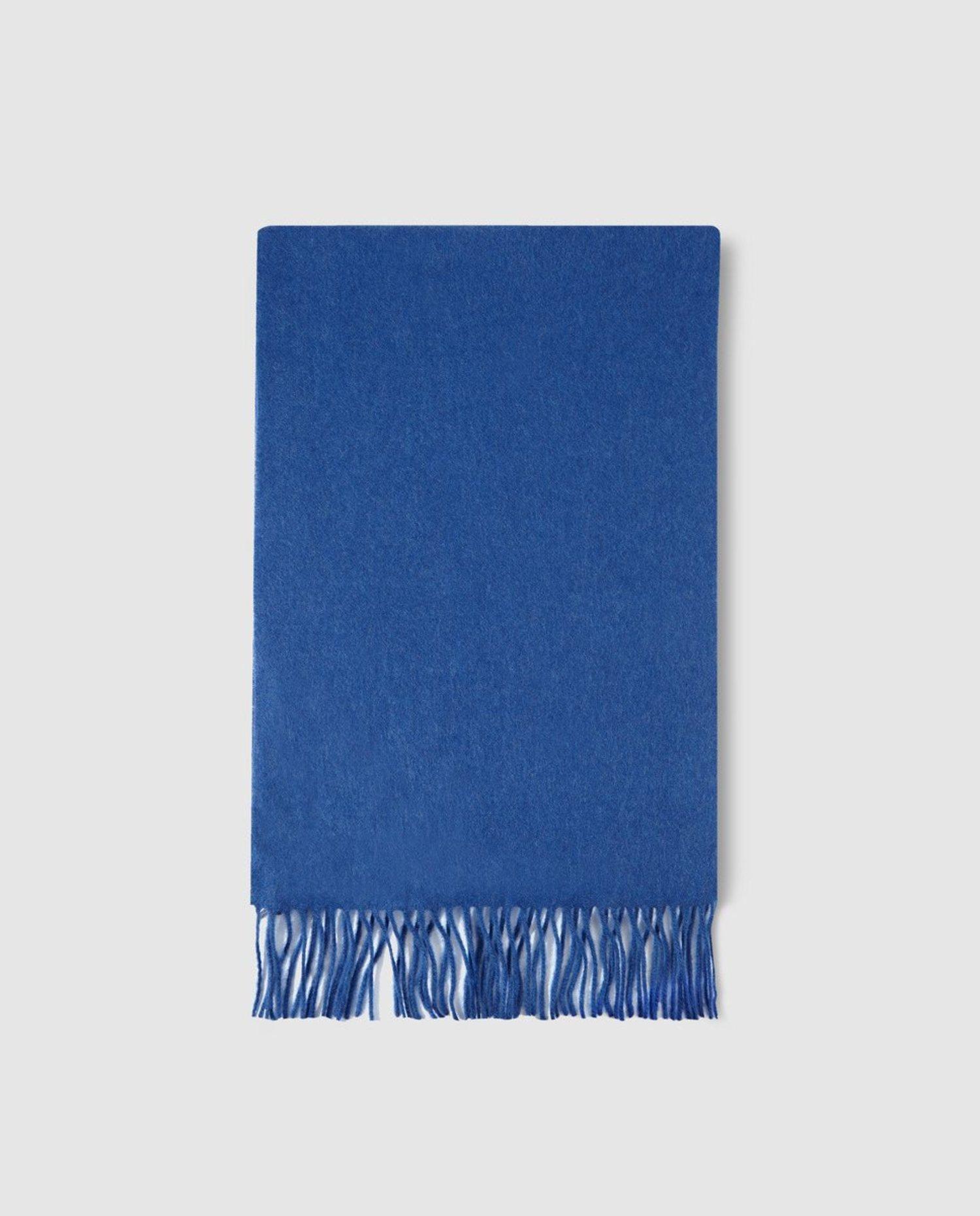 Bufanda tono 'Classic Blue'.