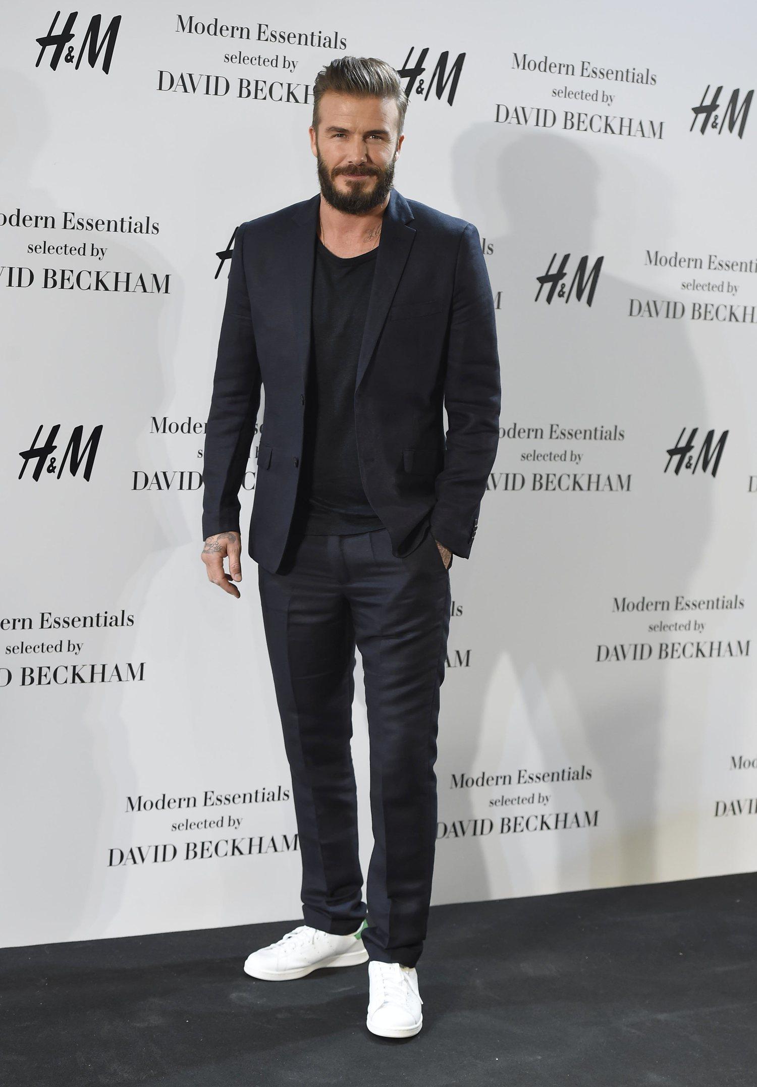 David Beckham con traje y zapatillas.