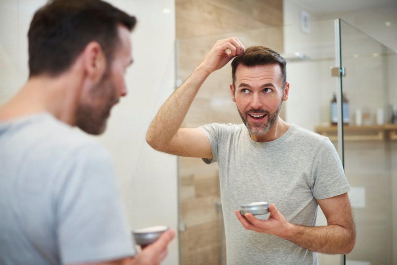 La pomada para el pelo es un producto que existe desde hace muchos años, pero las nuevas bases y todas sus fórmulas hacen de ellas un artículo para el pelo muy versátil.