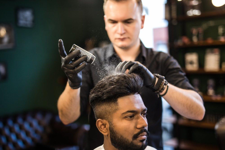 Los polvos texturizantes son muy utilizadas en las barberías más modernas.