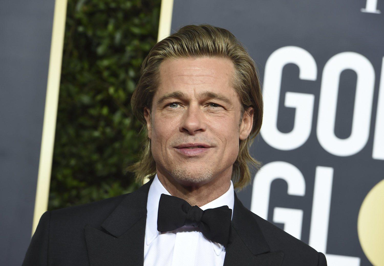 Brad Pitt apuesta por teñir su cabello para disimular sus canas.