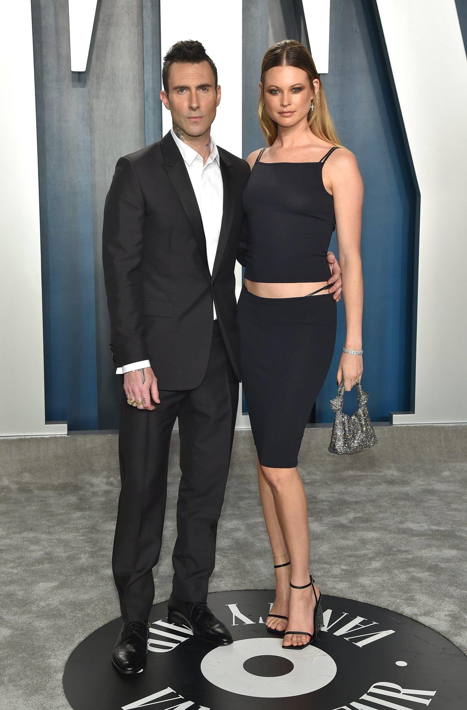 Querido Adam Levine, ¿a quién le has pedido prestados esos pantalones?