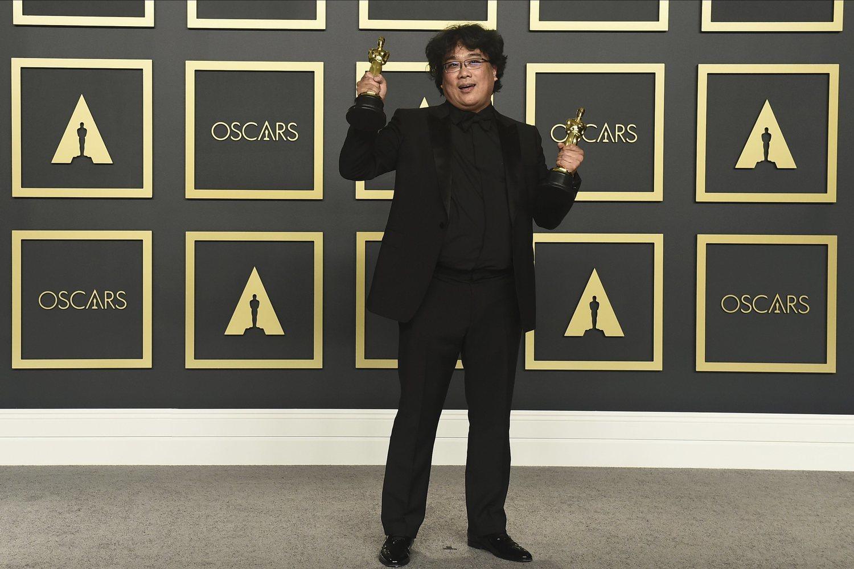 El acertado 'total black' Bong Joon-ho le sentó aún mejor cuando se rodeó de figuras doradas.