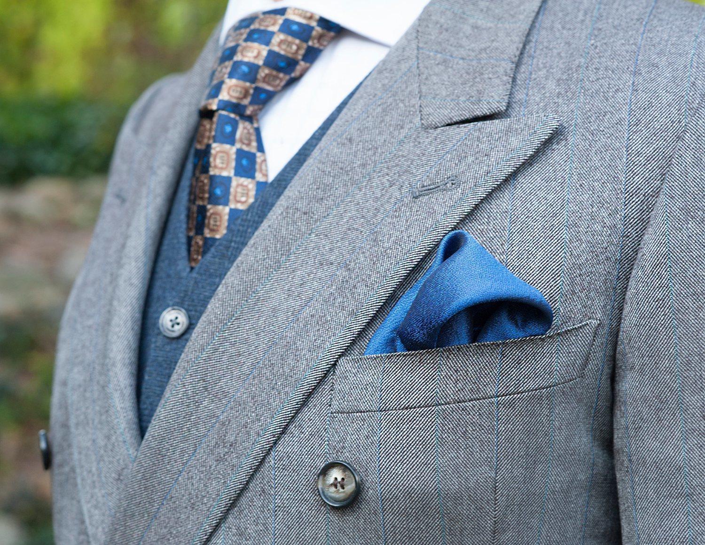 El chaleco es demasiado elegante para lucirlo con camiseta, mejor incluye un pañuelo de tela a tu look.